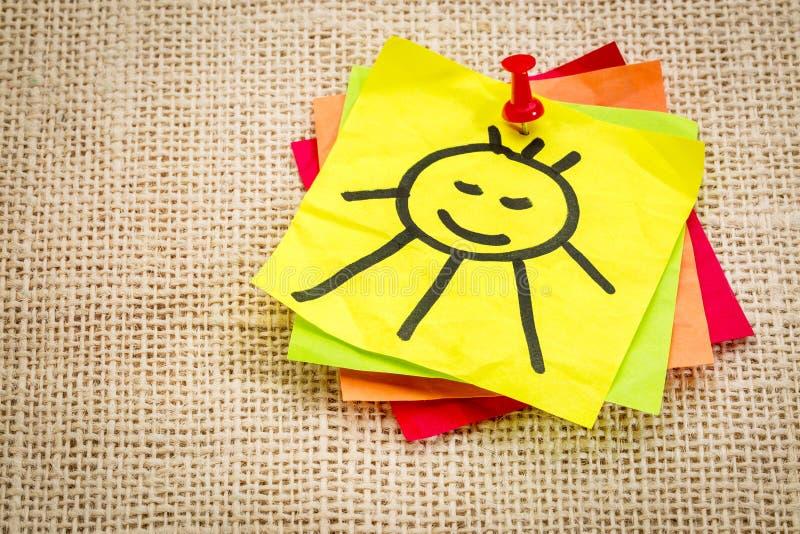 在稠粘的笔记的微笑的太阳 免版税库存照片