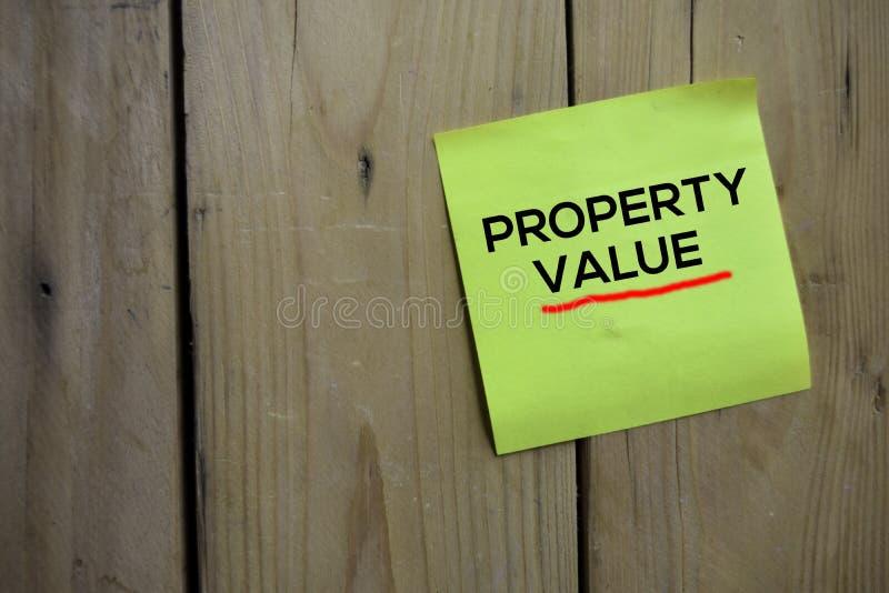在稠粘的笔记的财产价值文本有木背景 免版税库存图片