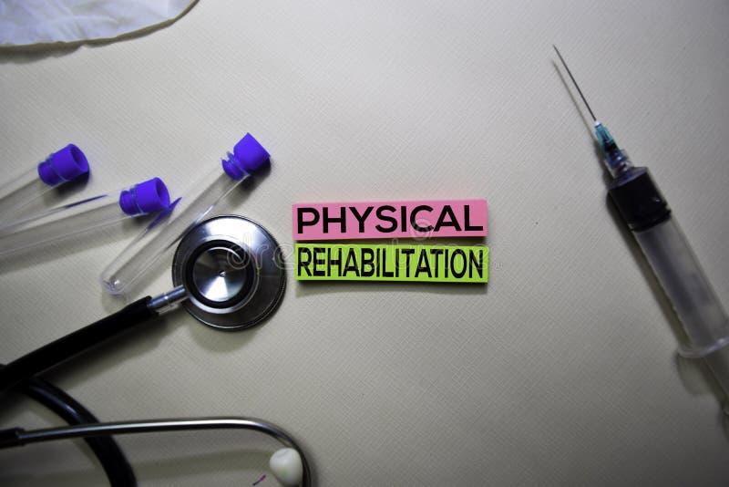 在稠粘的笔记的身体康复文本 在办公桌上隔绝的顶视图 医疗保健/医疗概念 库存照片