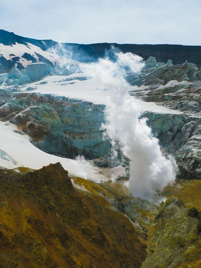 在穆特洛夫斯基火山火山,堪察加,俄罗斯活跃火山口的喷气孔  免版税库存照片