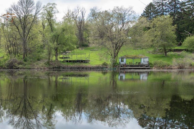 在穴田聚会所池塘的反射性风景 免版税图库摄影
