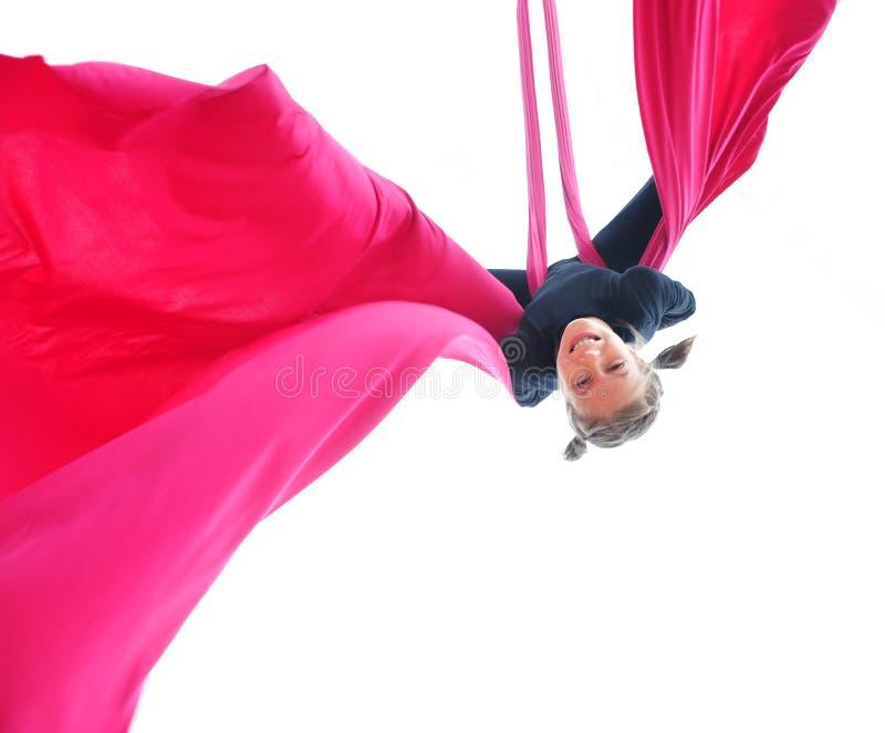 在空中丝绸的快乐的儿童训练 免版税库存图片
