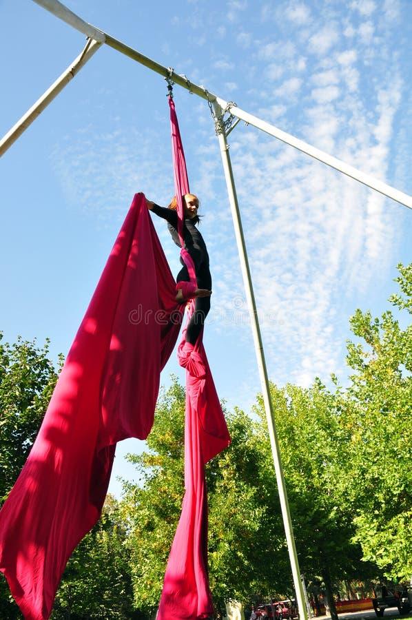 在空中丝绸的快乐的儿童训练 库存图片