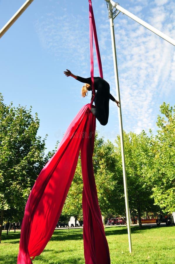 在空中丝绸的快乐的儿童训练 库存照片