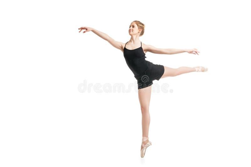 在空中的年轻跳芭蕾舞者 免版税库存照片