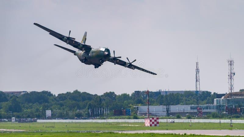 在空气的Hercule航空器在布加勒斯特,罗马尼亚机场  免版税库存照片