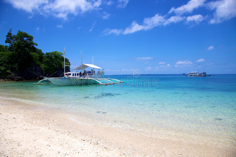 在空白沙子热带海滩的Banca小船在Malapascua海岛,菲律宾 库存照片