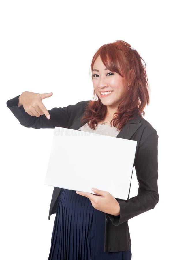 在空白的标志和微笑的亚洲女勤杂工愉快的点 库存图片