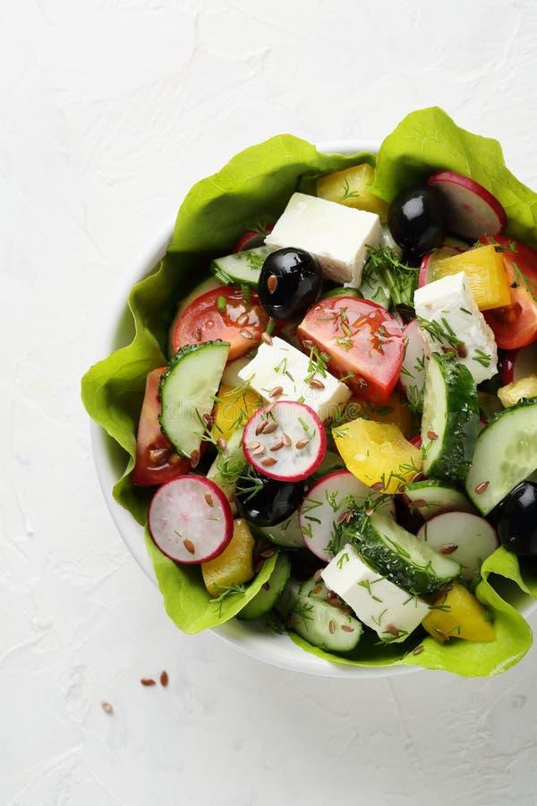 在空白碗的新鲜的希腊沙拉 免版税库存照片