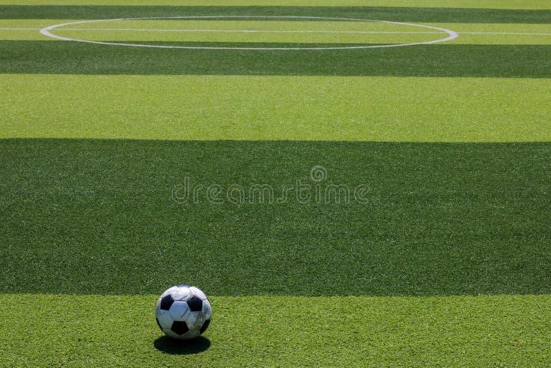 在空白线路的老足球橄榄球在人为草皮 免版税库存图片