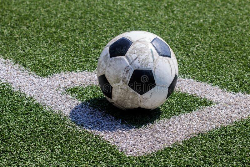 在空白线路的老足球橄榄球在人为草皮 免版税库存照片