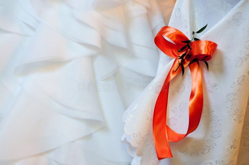 在空白织品的红色丝带 免版税库存照片