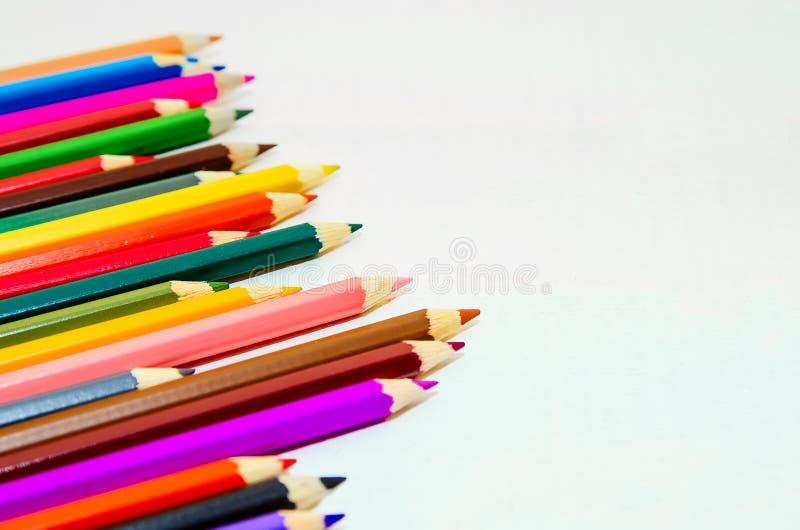 在空白背景的色的铅笔 特写镜头,文本的拷贝空间 免版税库存图片