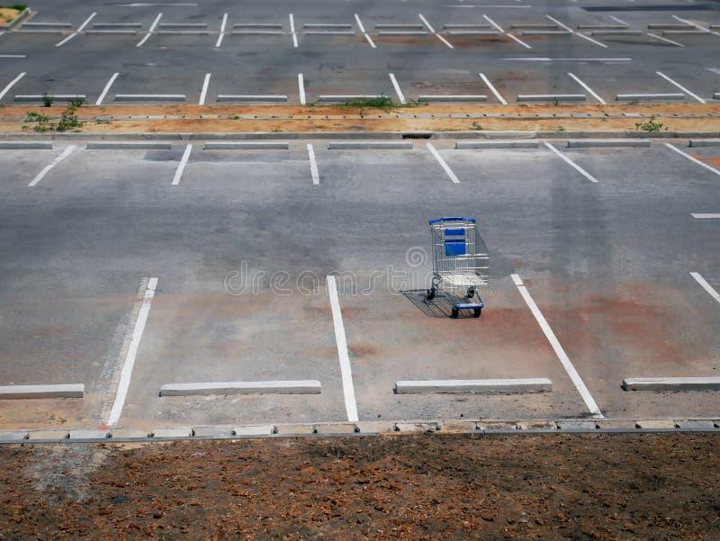 在空的停车场的一空的手推车零售店 免版税库存图片