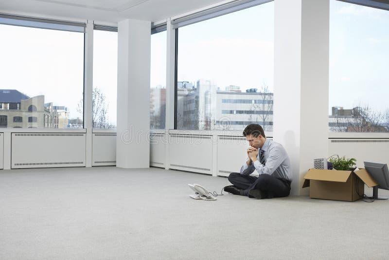 在空的办公室空间的被拉紧的商人 免版税库存照片