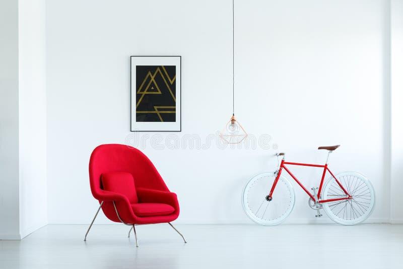 在空的客厅内部的时髦的红色扶手椅子与bla 库存图片
