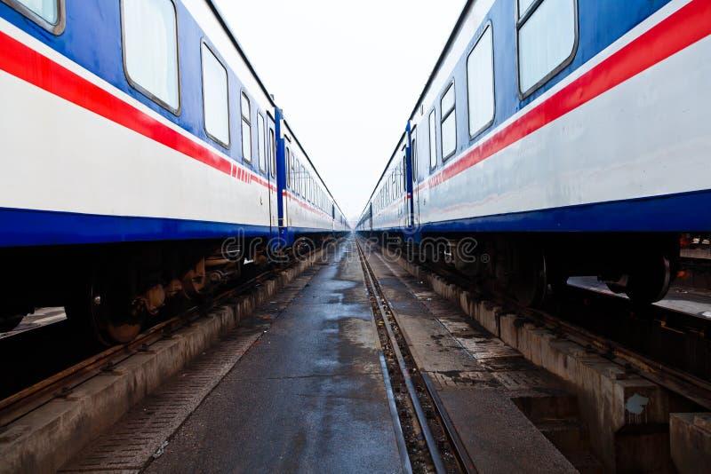 在空的岗位的旅客列车 免版税库存图片