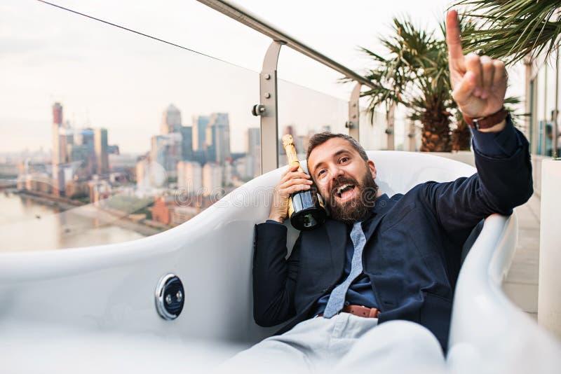 在空的极可意浴缸,伦敦视图全景的商人在背景中 免版税库存照片