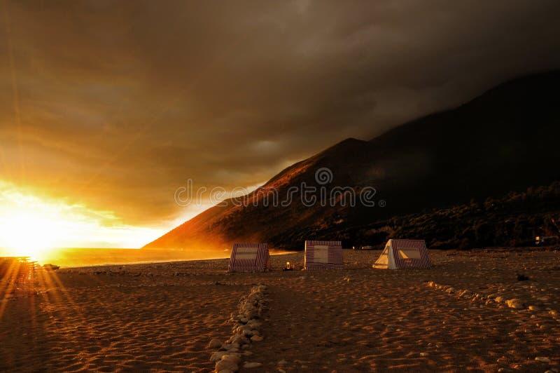 在空的海滩的浪漫日落在阿尔巴尼亚 库存图片