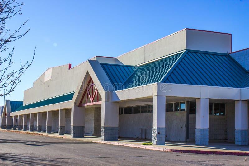 在空的购物中心的被放弃的不合格的商业大厦 库存照片