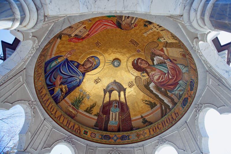 在突然显现大教堂里面祭坛上的天盖的宗教绘画  Gorl 免版税图库摄影