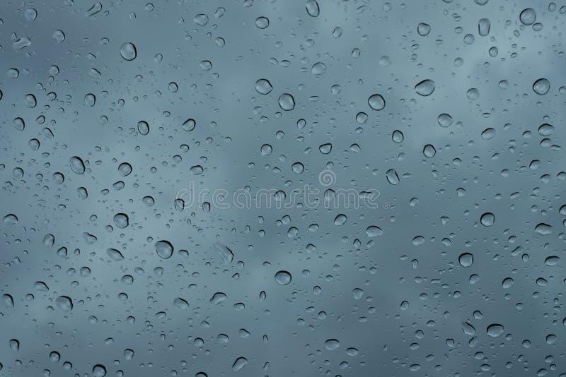 在窗口关闭的雨珠 在玻璃宏指令的雨下落 倒下在窗口的水下落 r 免版税库存图片