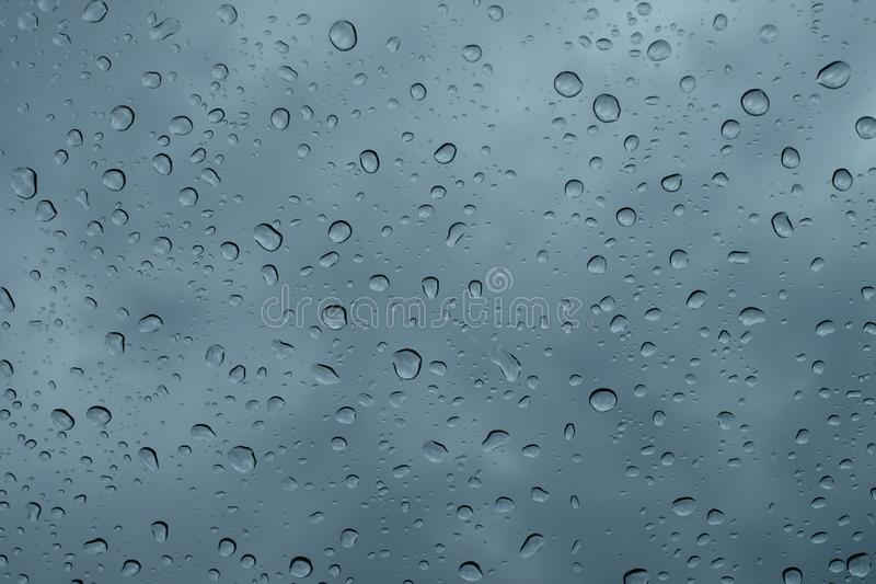 在窗口关闭的雨珠 在玻璃宏指令的雨下落 倒下在窗口的水下落 r 库存照片