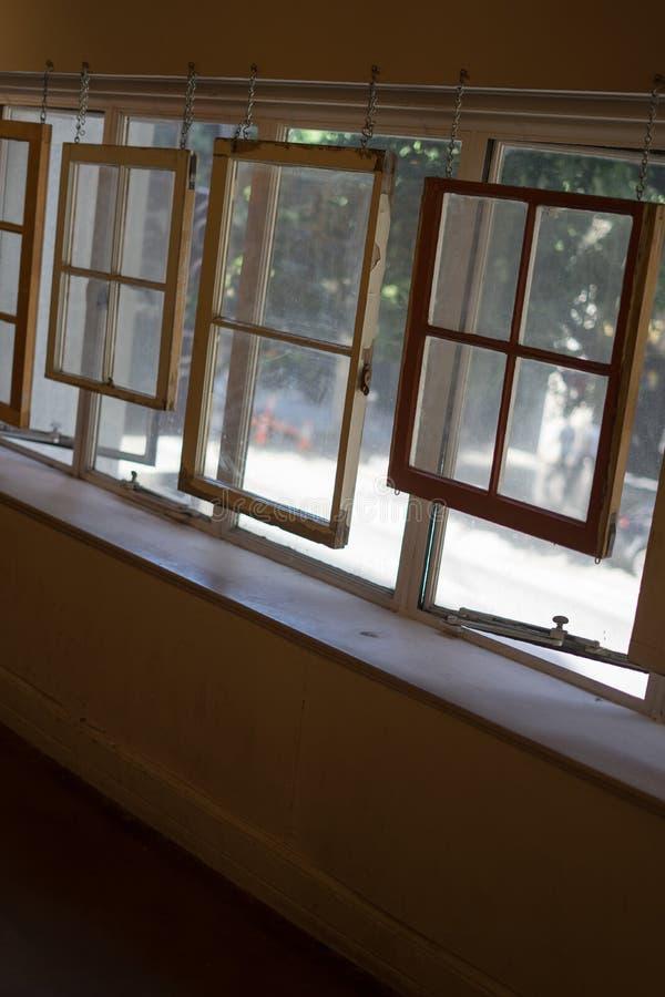 在窗口前面的Windows在最后书店 库存照片