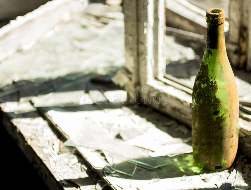 在窗口基石的瓶在一个被放弃的房子里 免版税库存照片