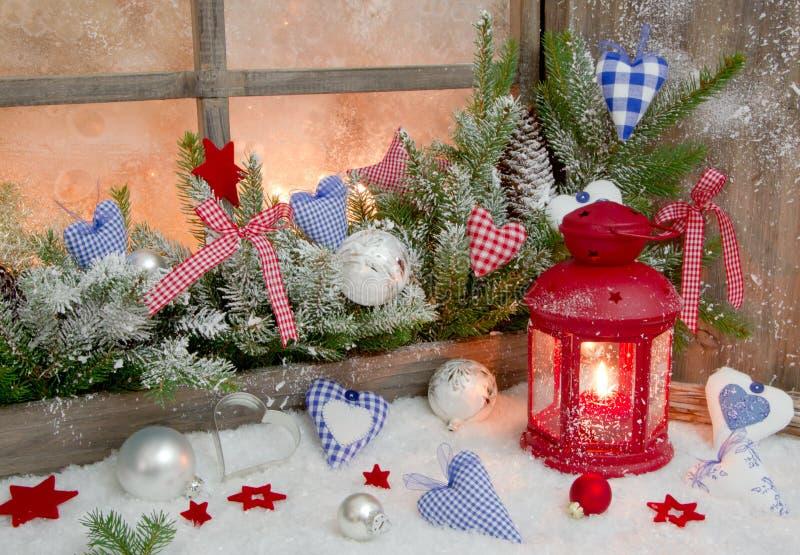 在窗口基石的红色和蓝色圣诞节装饰与心脏 免版税库存图片