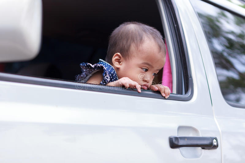 在窗口外面的恨婴孩 图库摄影