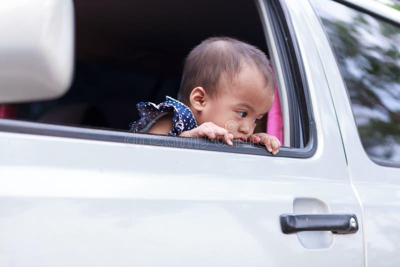 在窗口外面的恨婴孩 免版税库存照片
