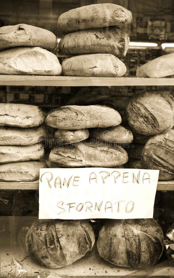 在窗口显示的新鲜面包在意大利 免版税图库摄影