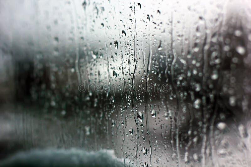 在窗口特写镜头的雨珠 图库摄影