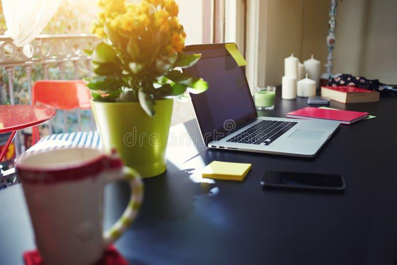 在窗口的Ðœodern桌在家庭内部 免版税库存照片