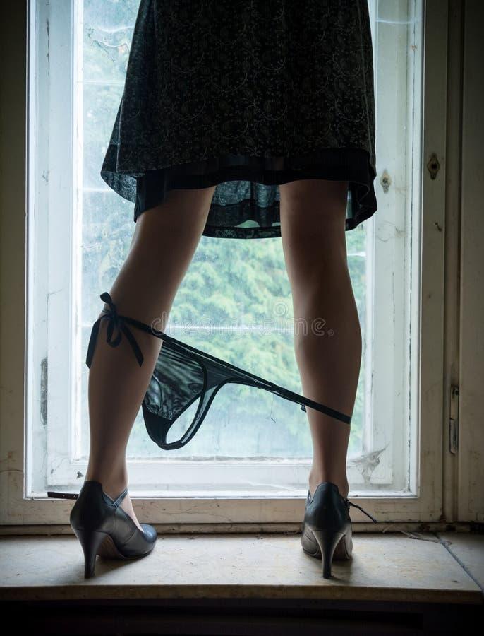在窗口的妇女腿 库存图片