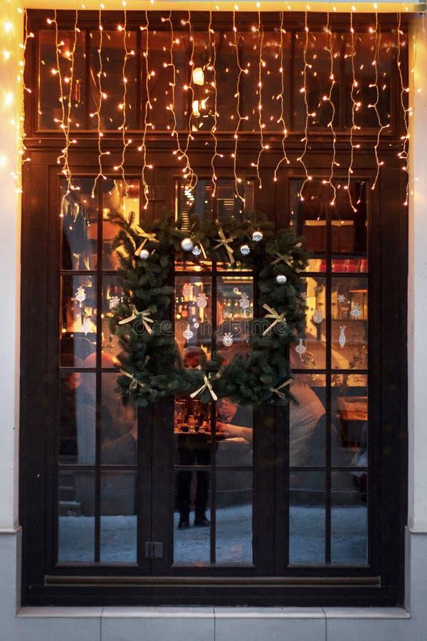 在窗口的异常的圣诞节花圈 豪华装饰的商店前面 图库摄影