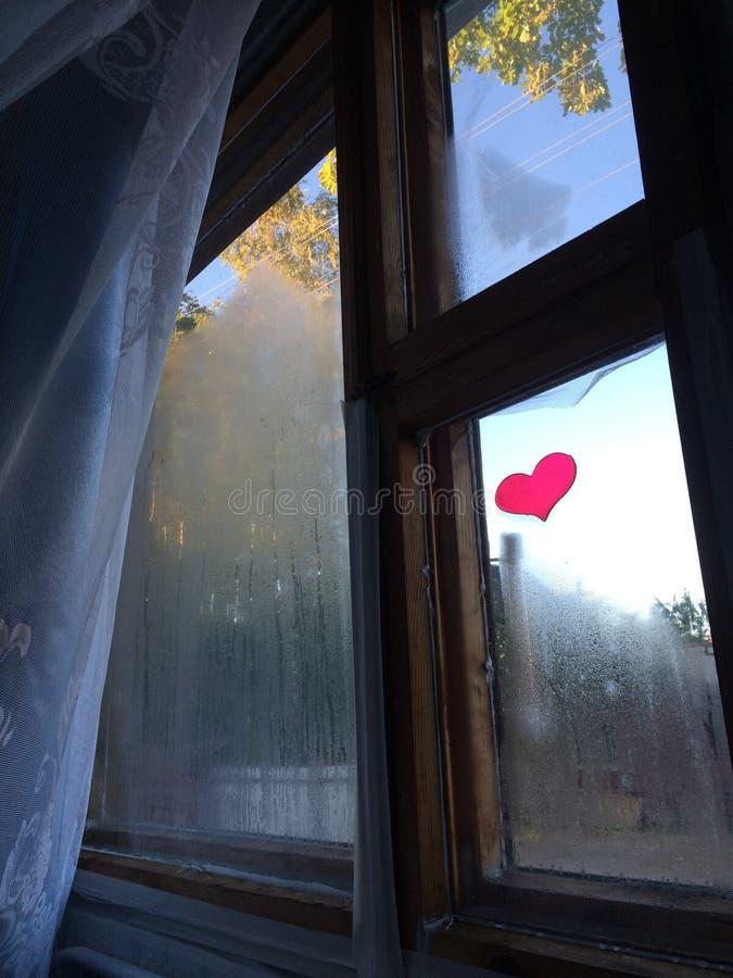 在窗口的心脏 免版税库存图片