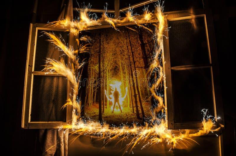 在窗口的抽象烟花火焰freezelight 在火的公寓在夜间 火概念 阿塞拜疆 库存照片