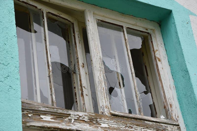 在窗口的被毁坏的glasse,特写镜头 免版税库存照片