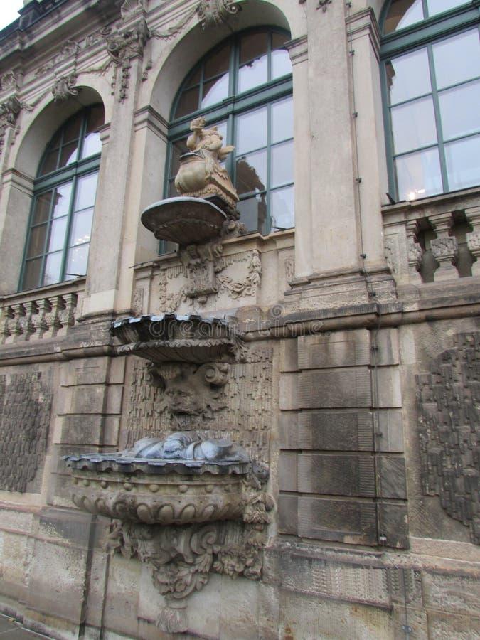 在窗口的雕刻的装饰在皇家城堡Zwinger,德累斯顿,德国 免版税库存照片