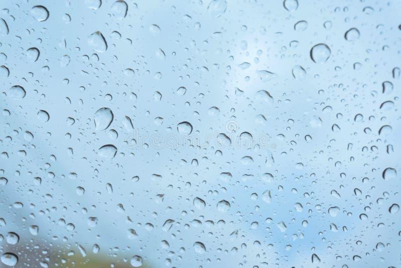 在窗口的雨,雨的自然皮肤雨水的自然形式在天空背景的 库存照片