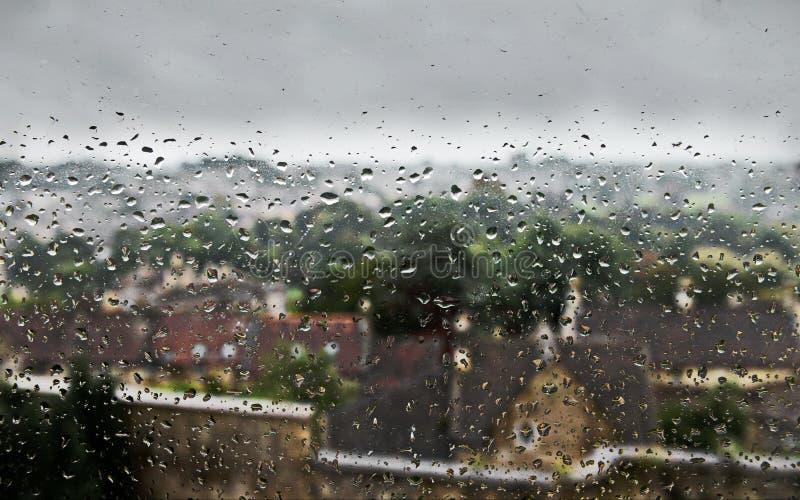 在窗口的雨水下落 免版税库存图片