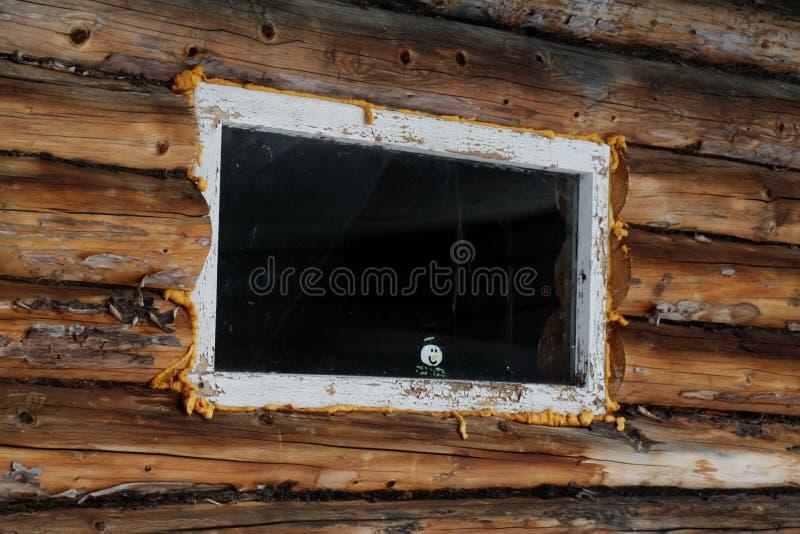 在窗口的雪人 免版税库存照片