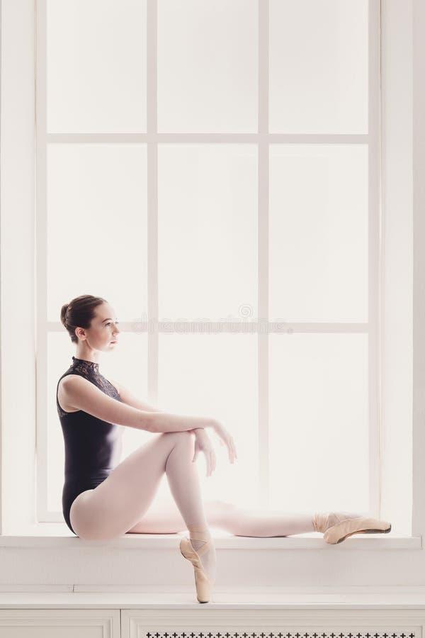 在窗口背景的古典跳芭蕾舞者画象 库存照片