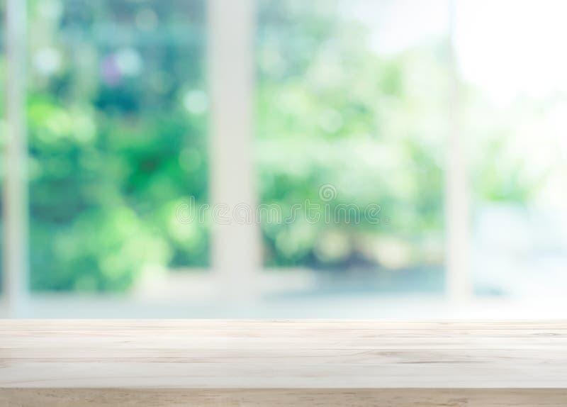 在窗口迷离的木台式有庭院花背景 库存图片