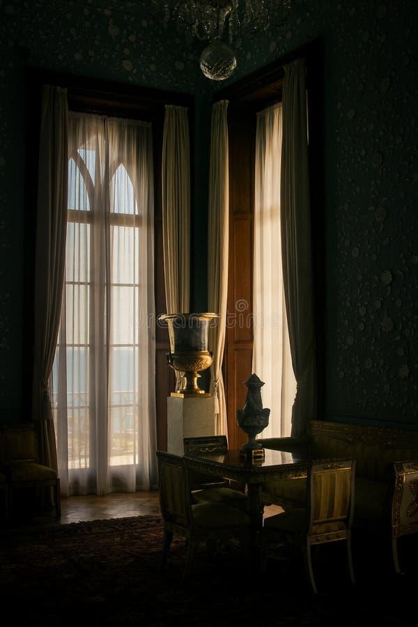 在窗口附近的克里米亚沃龙佐夫宫殿内部大平台钢琴 库存照片