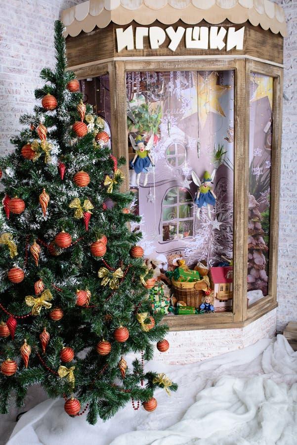 在窗口附近的圣诞树装饰 免版税库存图片
