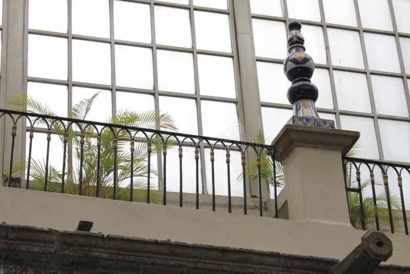 在窗口,Casa de los Azulejos,CDMX旁边的花圃 免版税库存照片