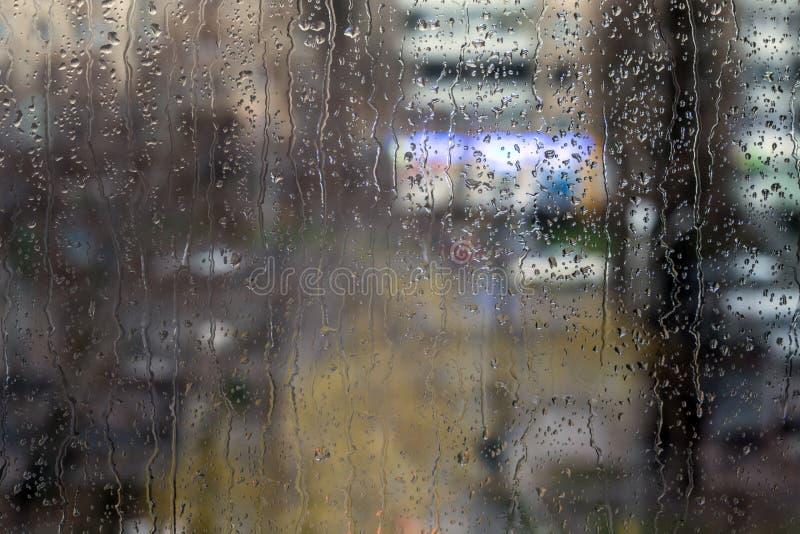 在窗口-晚上光的雨下落 免版税库存照片